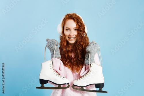Poster Wintersporten Portrait of smiling girl holding ice skates