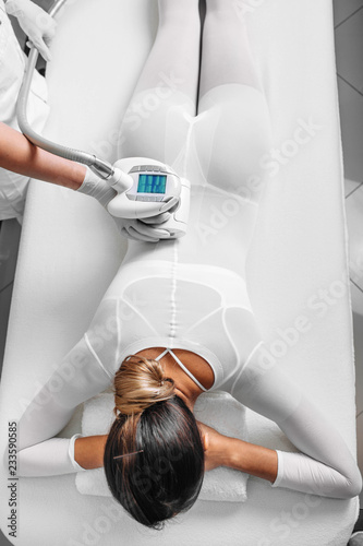 Photo  Beautiful woman getting beauty therapy against cellulite with LPG machine on her butt