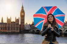 Attraktive Touristin In London Mit Einem Regenschirm Der Englischen Fahne Steht Vor Dem Westminster Palast Beim Sightseeing