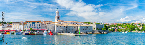 Foto op Plexiglas Mediterraans Europa Wonderful romantic summer in old town at Adriatic sea. Summer panoramic coastline landscape. Boats and yachts in harbor. Krk. Krk island. Croatia. Europe.