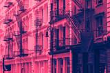 Budynki w SoHo w Nowym Jorku z nakładką w kolorze różowym i niebieskim - 233647703