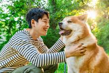 散歩する若い男性と犬