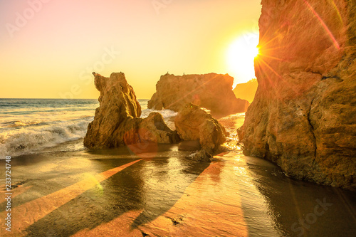 Staande foto Amerikaanse Plekken El Matador State Beach, California, United States. Sunbeams with sunset lights between pillars and rock formations of most photographed and scenic of Malibu beach, Pacific Ocean. California West Coast