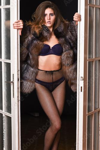 Fotografía  Woman seductive wear luxury fur and lingerie