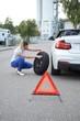Frau mit autopanne