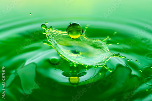 Foto auf Leinwand Wasserfalle Green splash - falling drop of water