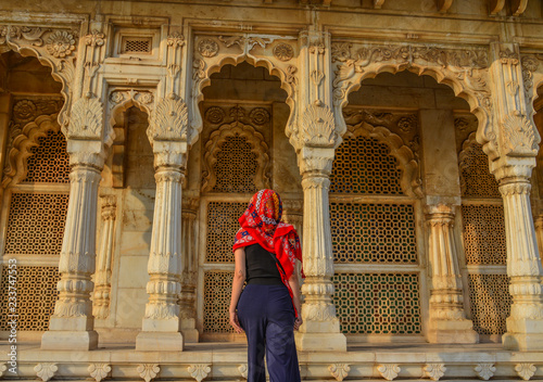 Photo  A woman at ancient temple in Jodhpur, India