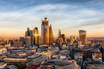 Die moderne Skyline der City von London bei Sonnenuntergang