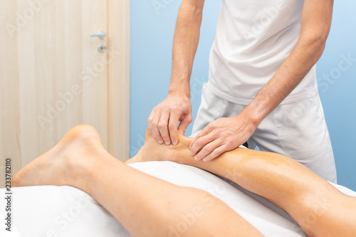 Photo Physiotherapist during an Achilles tendon treatment