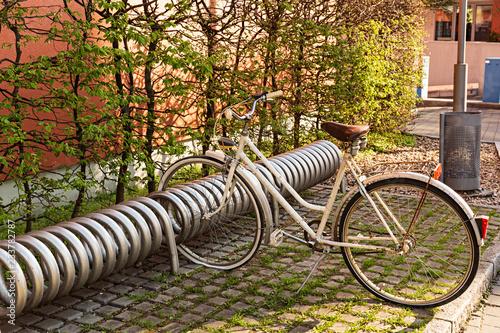 Bicicleta vintage aparcada en aparcamiento para bicicletas.