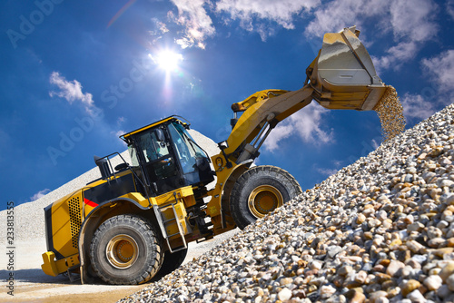 Obraz na plátně Wheel loader in a gravel pit during mining - heavy construction machine in open