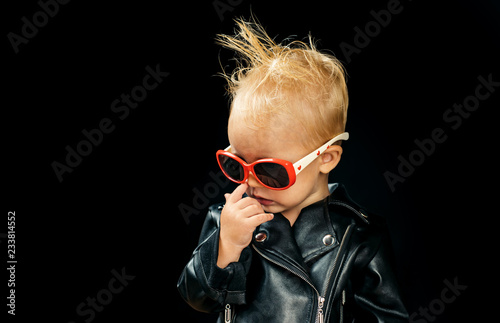 Poster Magasin de musique Rock and roll fashion trend. Little child boy in rocker jacket and sunglasses. Little rock star. Rock style child. Adorable small music fan. Music for children. Rock music is always rebellious