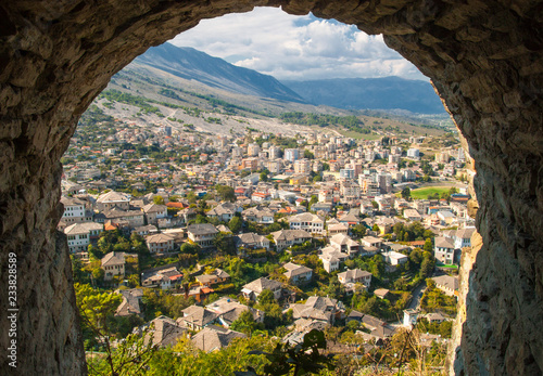 Foto  View of Old Town Gjirokaster from the castle, UNESCO World Heritage Site, Albani