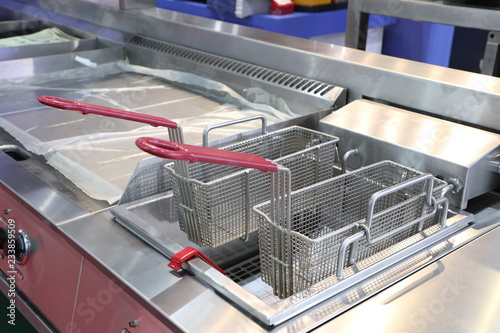 Fotografía  New empty modern professional fryer basket