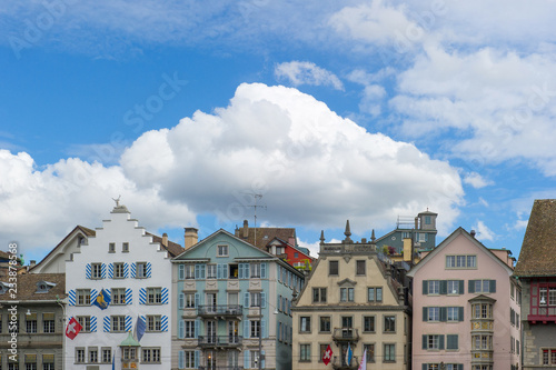 Photo Stands a row of colorful old houses in Zurich , Switzerland