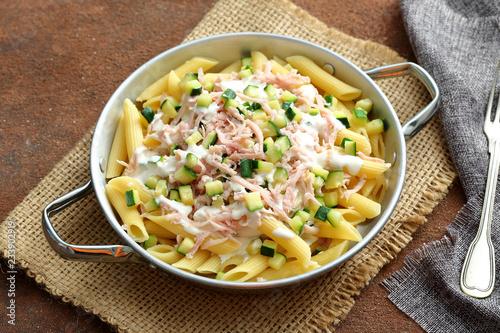 primo piatto Pasta penne prosciutto cotto e zucchini in padella di metallo Fototapete