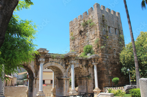 Photo  Ancient gate of Roman emperor Adrian at Antalya city center, Turkey