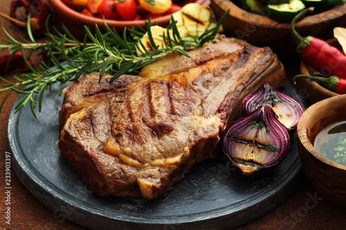 Fotografiet deliziosa bistecca di vitello alla griglia con verdure e zucchini