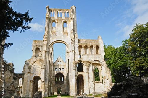 Le rovine dell'abbazia di San Pietro di Jumièges, Normandia, Francia Wallpaper Mural