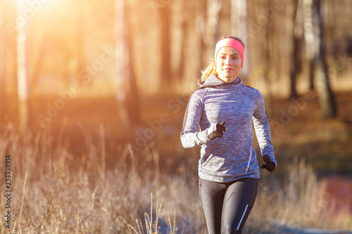 Papiers peints Glisse hiver Young girl running in the park in early winter