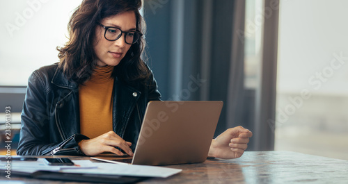 Carta da parati  Asian woman working laptop at office