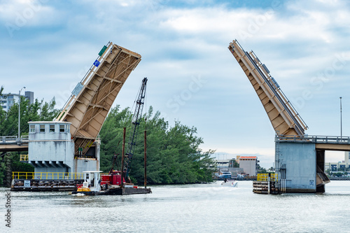 Photo Sheridan Street double-leaf bascule bridge opens to allow a vessel through - Hol