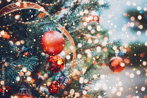 Photo sur Aluminium Arbre Christmas tree with red ball ornament and decoration, sparkle light. Christmas and New Year holiday background. vintage color tone.