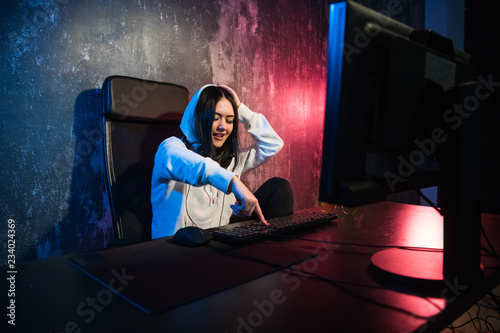 Photo  Excited female gamer girl woman pressing a button on a keyboard running a game o