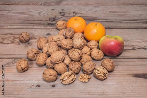 Fotografía  Walnüsse mit Apfel und Mandarinen