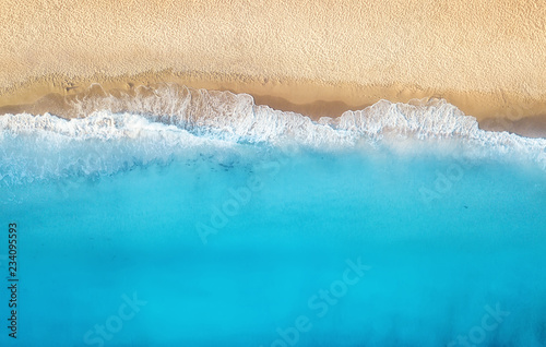 Spoed Foto op Canvas Kust Beach and waves from top view. Turquoise water background from top view. Summer seascape from air. Top view from drone. Travel concept and idea