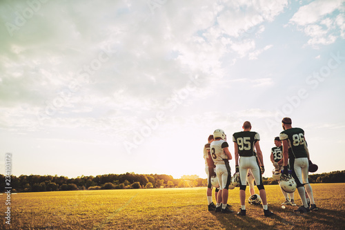 Fotografía  American football team discussing strategy together during pract