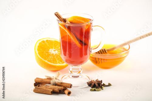 глинтвейн горячий напиток на ярком фоне рядом лежат фрукты и специи Canvas Print