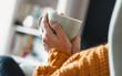 canvas print picture - Junge Frau entspannt mit einer Tasse Tee im Sessel