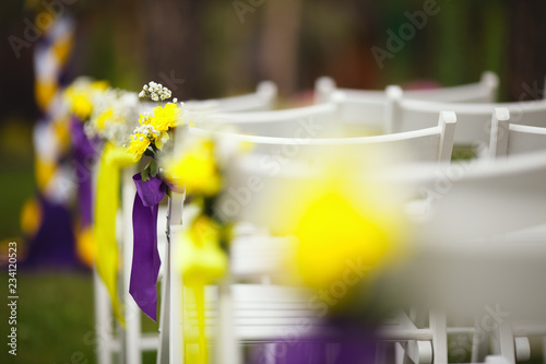 Fotografía  Chairs for guests on the summer lawn before the wedding ceremony, closeup
