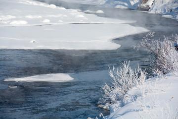 寒い冬の朝の川