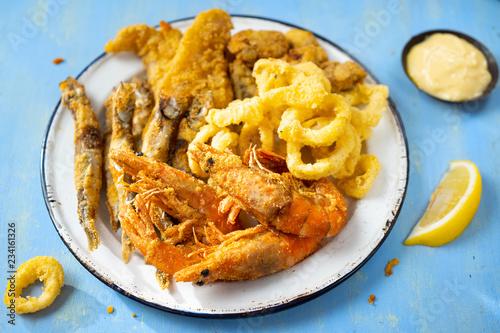 Fotografía  rustic italian fried seafood fritto misto