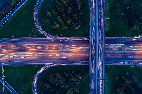 skrzyzowanie-autostrad-widziane-z-gory-w-nocy-z-lekkimi-sladami-przejezdzajacych-samochodow