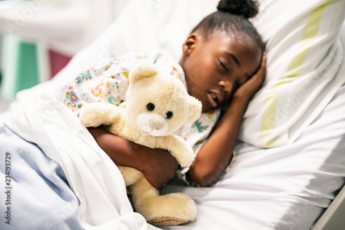 Photo Little girl sleeping in a hospital bed