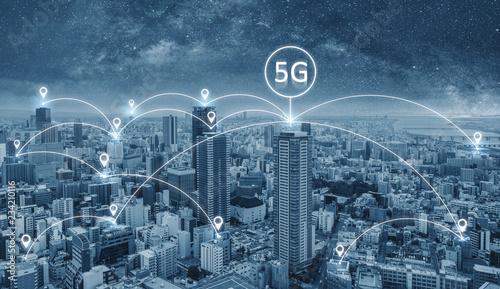 Obraz Technologia połączenia sieciowego w mieście ze znakiem sieci internetowej 5 g - fototapety do salonu
