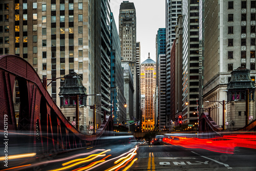 Valokuvatapetti Traffic in front of Chicago's Board of Trade Building