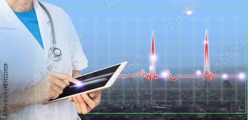 Plakat Podwójnej ekspozycji lekarza za pomocą tabletu dla nowej technologii na czerwonym wykresie i mieście. Nowoczesne leczenie pacjentów w stolicy.