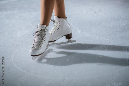 Fotografía White skates on the ice