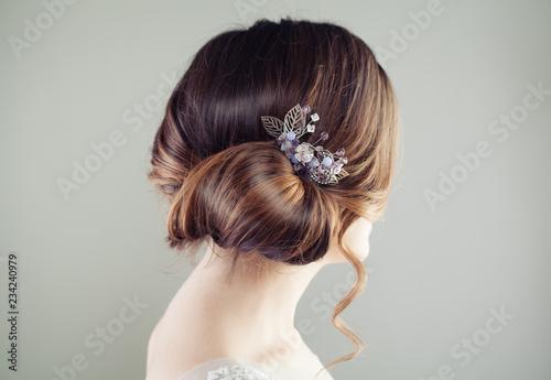 La pose en embrasure Salon de coiffure Beautiful bridal hairstyle. Updo hair with hairdeco