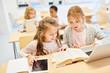 canvas print picture - Mädchen in Grundschule lernen am Laptop Computer