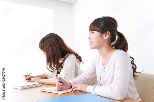 Fotografie, Obraz  勉強する2人の女性