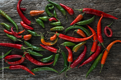Tuinposter Kruiderij Bunch of Red and green hot peppers/ Bunch of Red and green hot peppers on an old wooden board