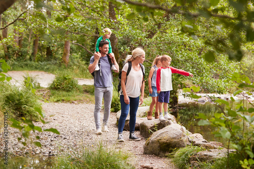 Fotografia Family Hiking Along Path By River In UK Lake District