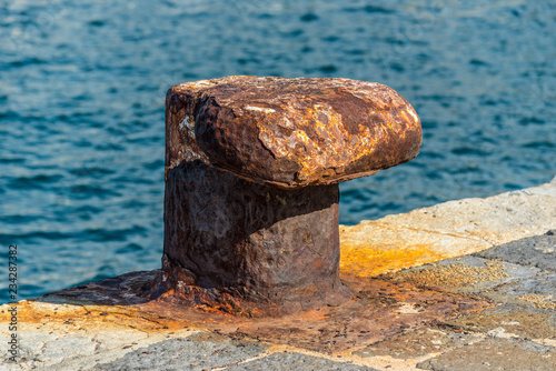 Fotografía  Maritime mooring rusty iron bollard on the dock for big ship