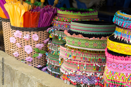 Photo  colorful traditional heads of women from Hmong ethnical group in Sapa, Vietnam