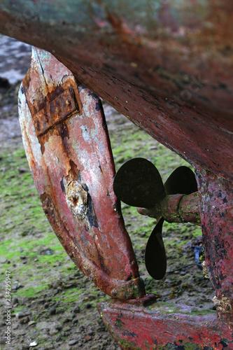 hélice et gouvernail rouillés d'un vieux bateau échoué